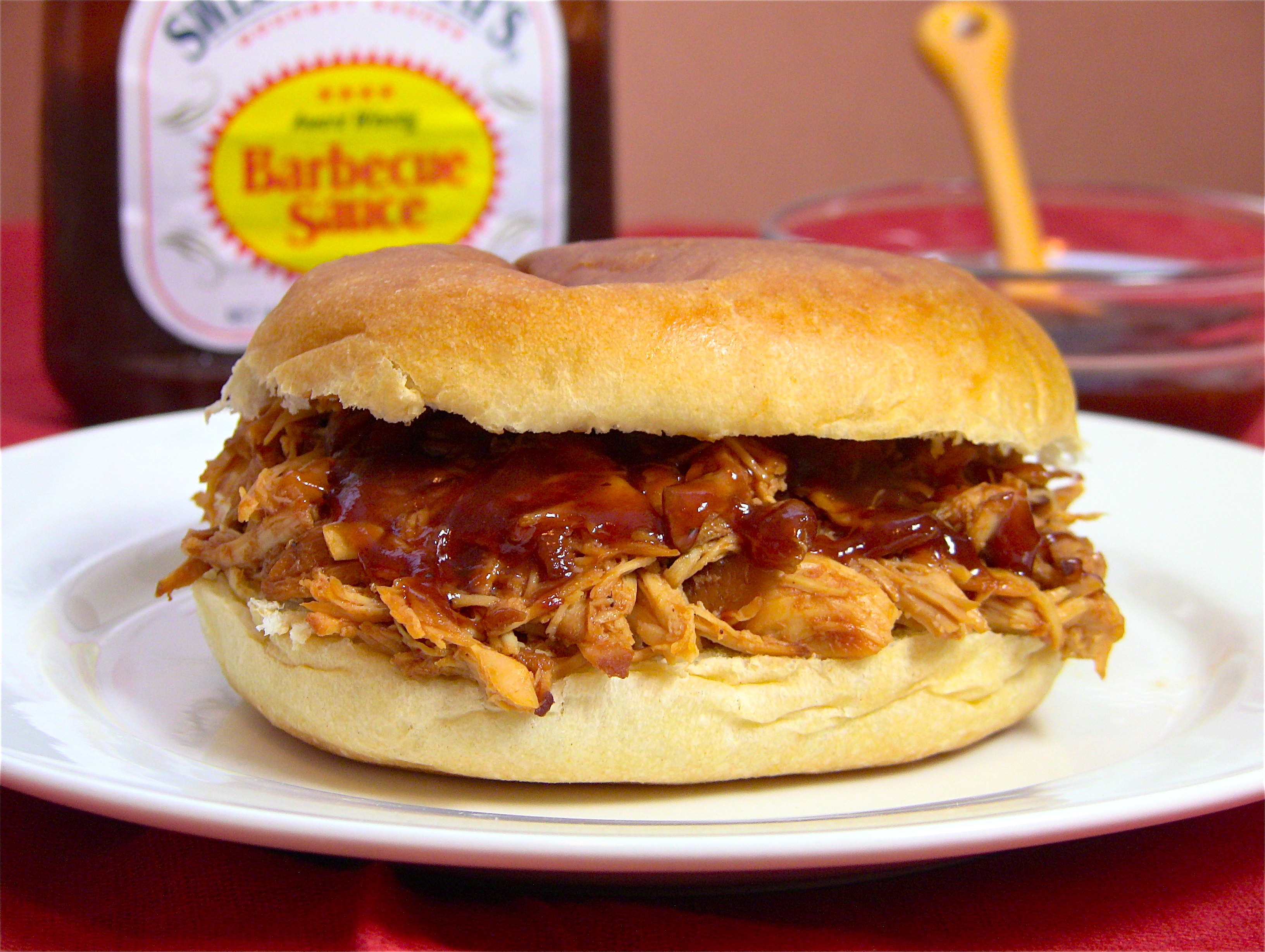 How to make shredded barbecue chicken sandwiches